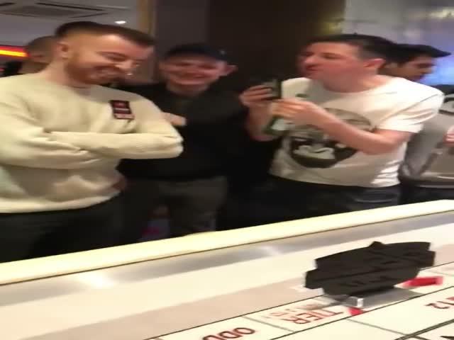 Смотреть мужик снимает на видео подруг