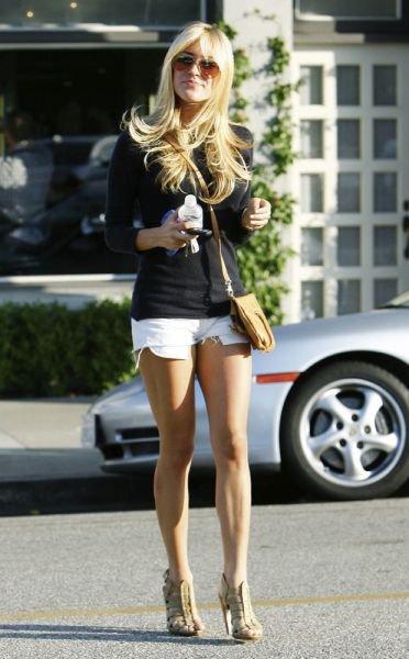 Девушки в коротеньких юбках и шортах (81 фото)