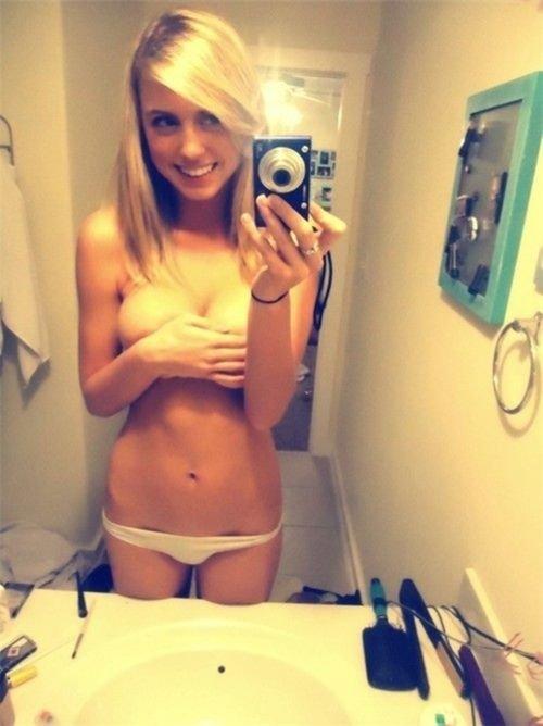Рыжая голая девушка фоткает себя на телефон 13 фотография