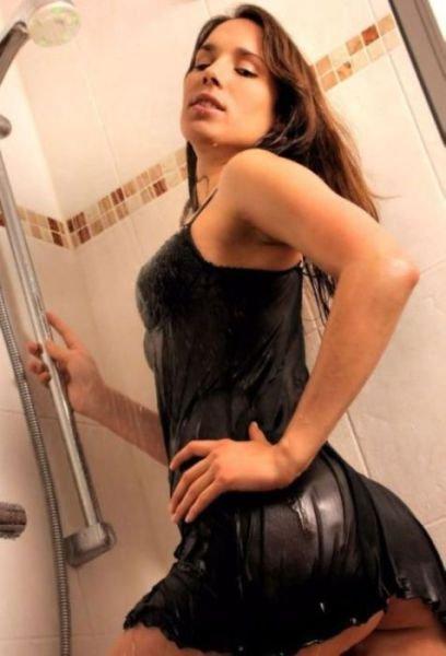 Девушки в мокрой одежде (34 фото)