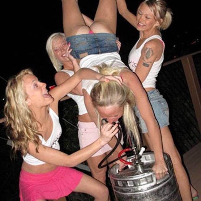 Пьяные девушки отрываются с парнями