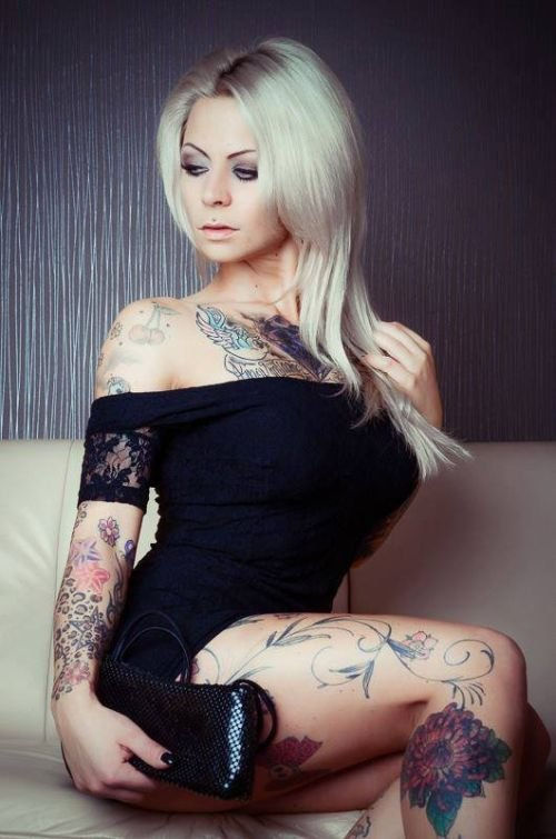 Блондинка В Наколках На Все Тело