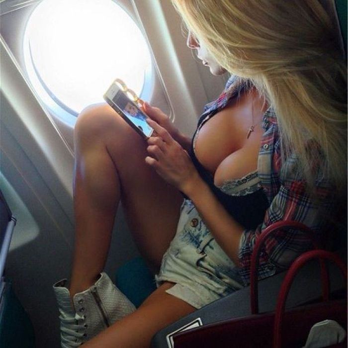 Фото девушек голых у самолёта