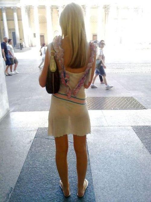 Девушка в метро в прозрачном платье