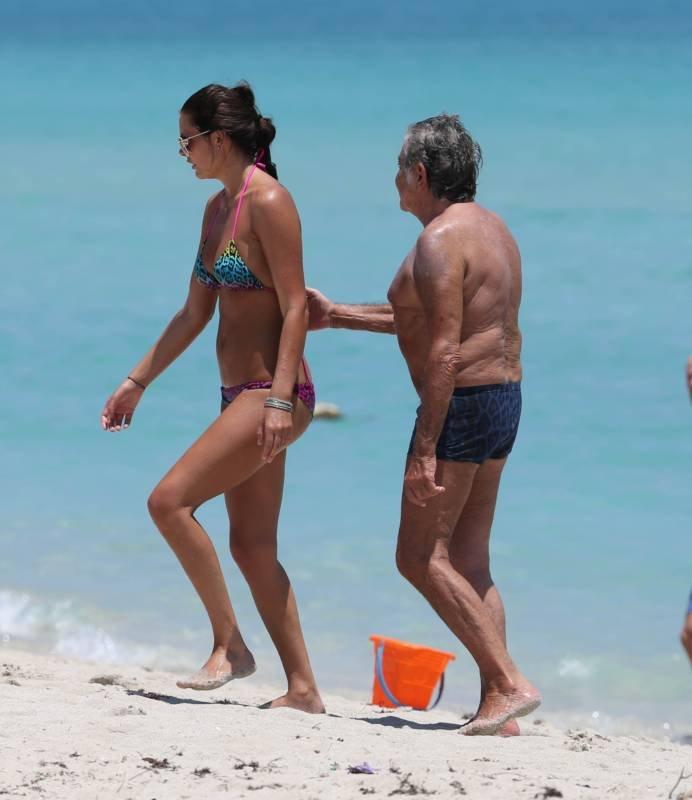 Молодые девки и старик на пляже