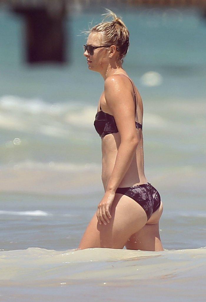В бикини на пляже под прицелом камеры папарацци.