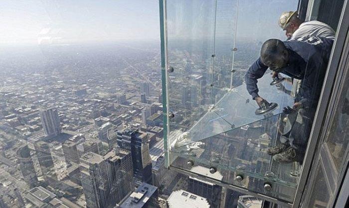 На стеклянной смотровой площадке треснул пустотел(8 фото)