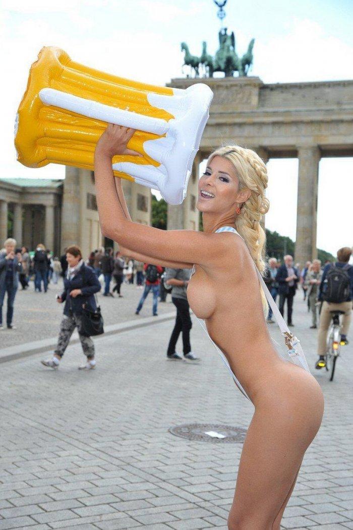 немецкая девушка ьанцует стрипттс
