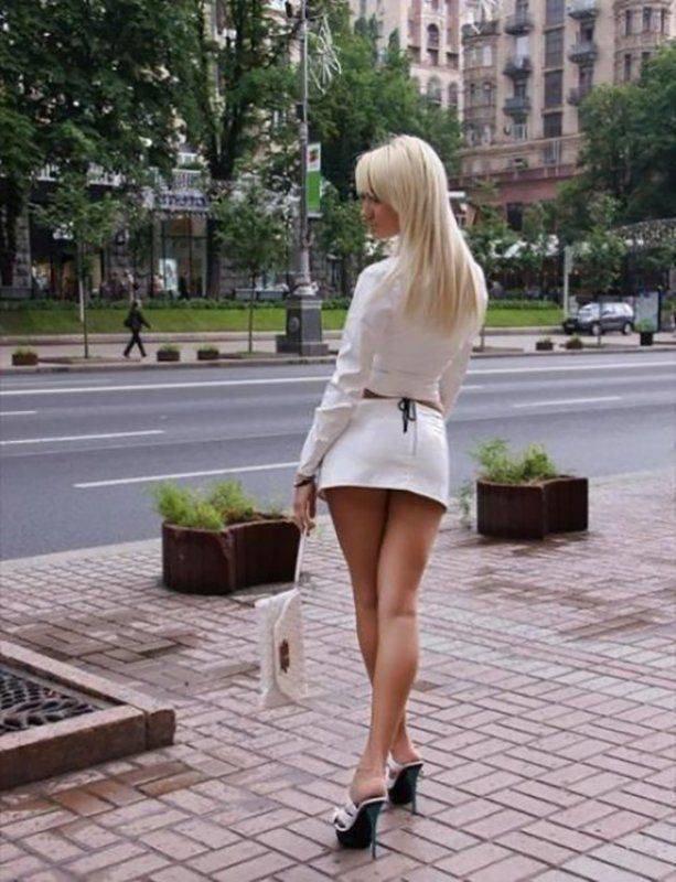 В мини юбках на улице фото