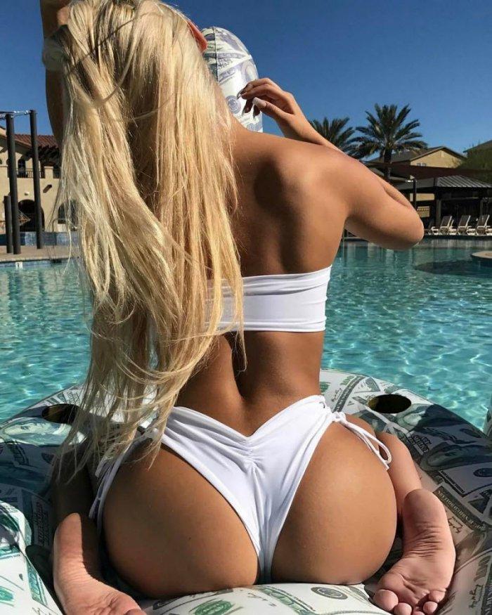Sexy blonde female bodybuilder
