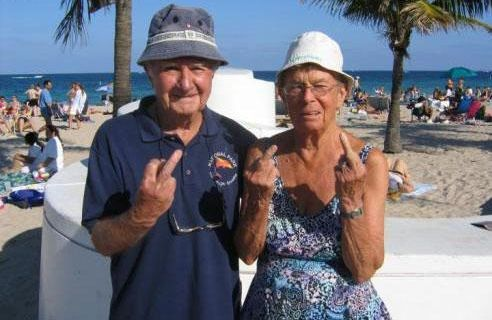 Дед и бабка на пляже фото 444-693