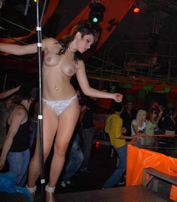 Девушки раздеваются в клубах фото