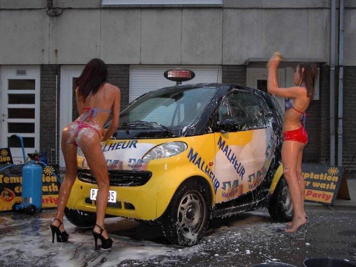 Моют машины голые