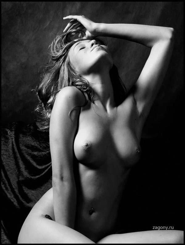голые девушки в черно белом фото