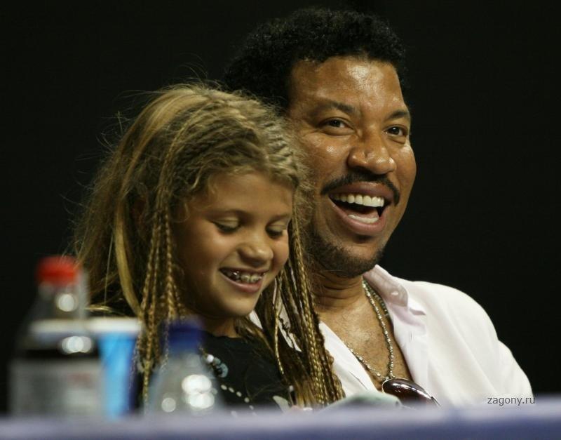 Кевин Бейкон с супругой и актрисой Кирой Сэджвик (слева) и дочерью