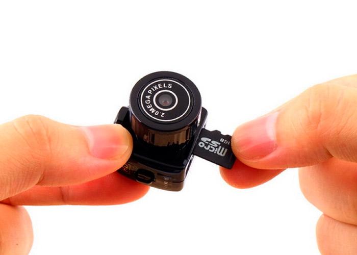 Скажите пожалуйста, почему вы одним людям отвечаете, что камера может вести запись в режиме зарядки, а другим говорите, что такая функция не предусмотрена?