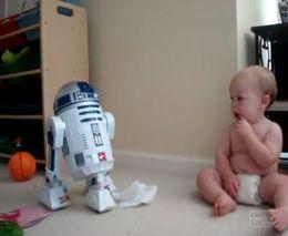 Малыш общается с роботом (1.895 MB)