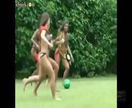 Девушки в бикини играют в футбол (6.625 MB)