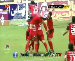 Иранский футболист схватил коллегу по команде за зад (3.597 MB)