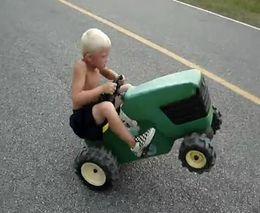 Маленький стантрайдер на тракторе (1.353 MB)