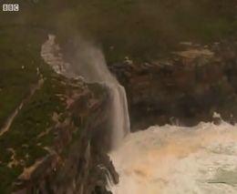 Из-за сильного ветра водопад изменил направление (2.710 MB)