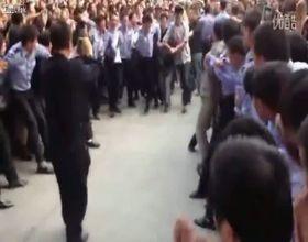 Толпа пытается добраться до преступника (12.246 MB)