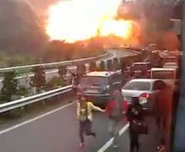 Взрыв бензовоза на трассе (858.242 KB)