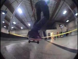 Мастерски катается на скейте (4.300 MB)