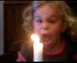 Смешная малышка и свеча (1.278 MB)