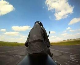 Невероятный трюк с мотоциклом и самолетом (3.363 MB)