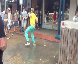 Смешной парень устроил танцы на улице (3.519 MB)