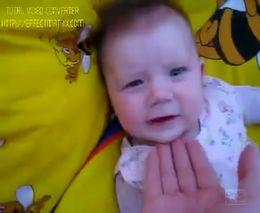 Смешной малыш дразнит папу (1.200 MB)