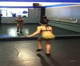 Девочка нереально вращается в танце (1.373 MB)