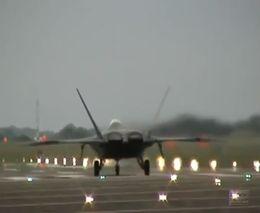 Взлет истребителя F-22 Раптор (4.282 MB)