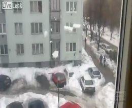 Падение снега на автомобиль (1.163 MB)