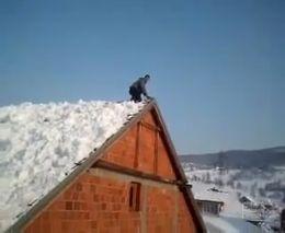 Сумасшедший прыжок с крыши в снег (1.584 MB)