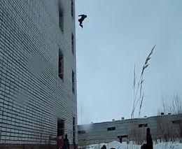 Прыжок с четвертого этажа (4.249 MB)
