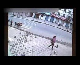 В Китае под девушкой провалился асфальт (3.535 MB)