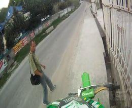 Странный парень и мотоциклист (5.966 MB)