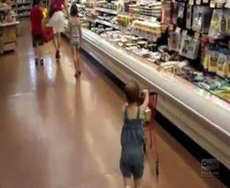 Самостоятельный малыш в супермаркете (4.802 MB)