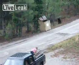 Вызволение медвежат из мусорного бака (1.070 MB)