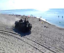 По пляжу на танках (3.121 MB)