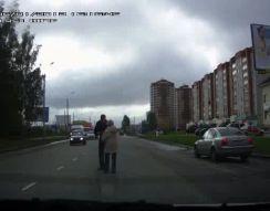 Парень уносит бабушку с дороги (3.475 MB)
