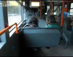 Парень издевается над алкашами в автобусе (3.747 MB)
