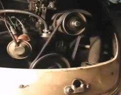 Снимает ремень генератора с работающего двигателя (3.001 MB)