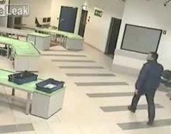 Сотрудник аэропорта ловко поймал ребенка (2.877 MB)