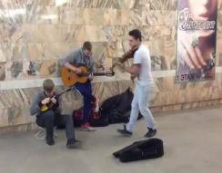 Необычное исполнение уличных музыкантов (4.231 MB)