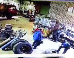 Взрыв колеса от грузовика (4.946 MB)