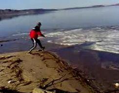Пьяный парень гуляет по льду (3.933 MB)