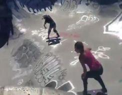 Две скейтбордистки столкнулись во время соревнований (2.227 MB)